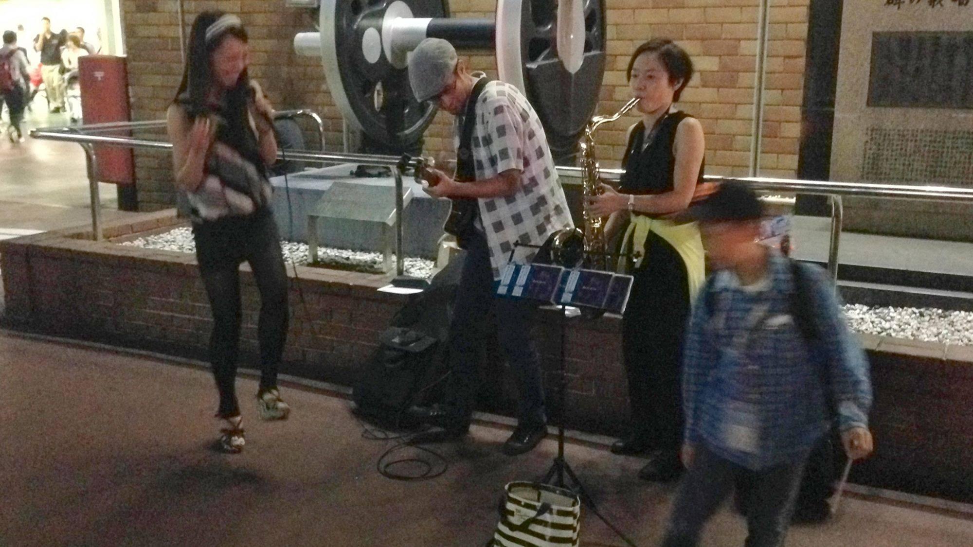 新橋駅前で初のストリート。演奏をはじめたとたん、広場にいた若者が踊りだし、外国人の方が写真を撮りまくっていきました。 この後、駅員さんが来て、そしてお〇りさんが来てわずか1曲で終了でしたが、素晴らしい瞬間でした!! 通りがかりの男の子が投げ銭をくれました。忘れないよ! 写真:Hirokazu Ishihara