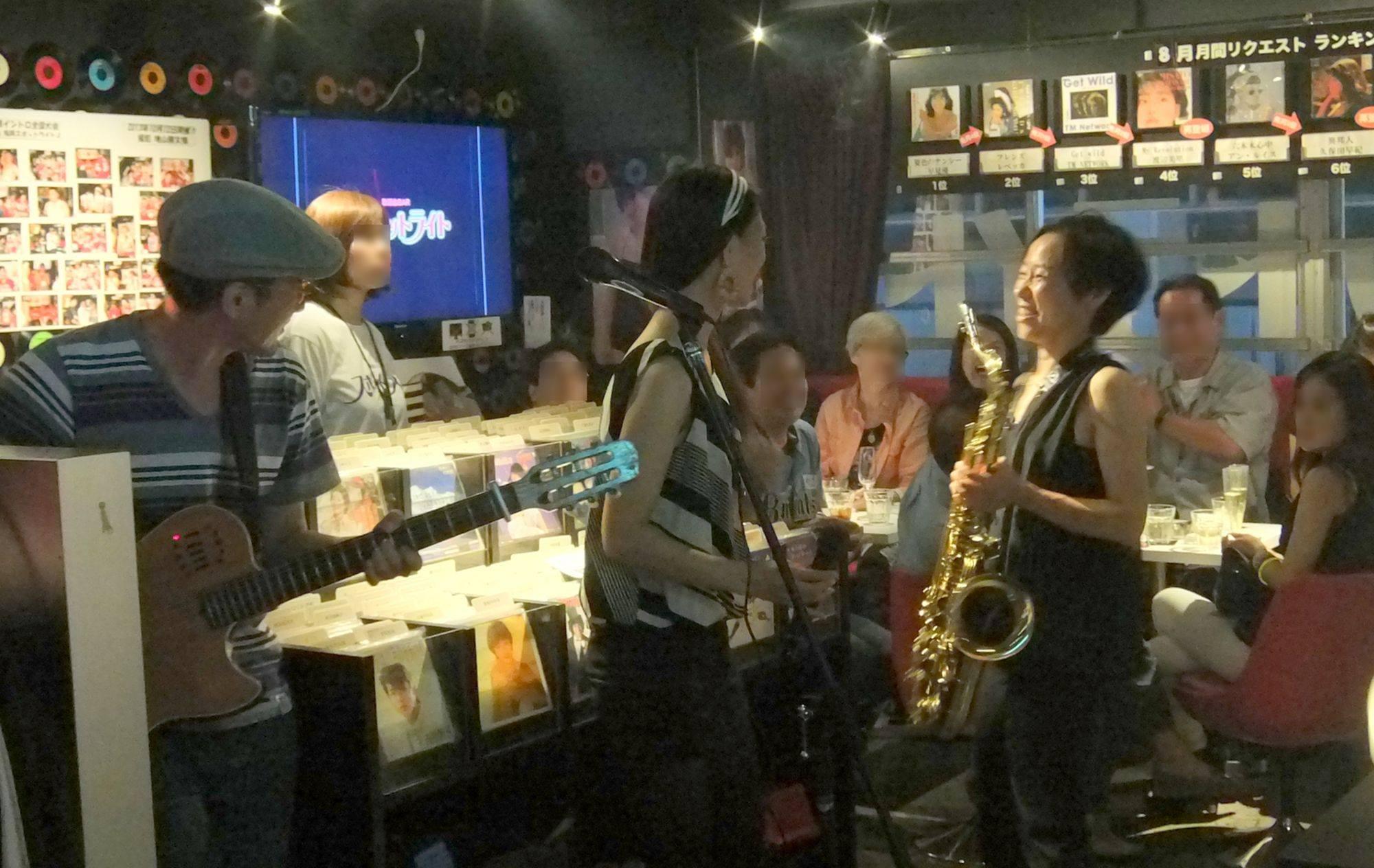 3周年記念日、お客さんで満タンのスポットライト。午後10時頃から約20分間、ミニライブを行いました。 曲目はナオミの夢、渋谷で5時、3年目の浮気、Winding Roadでした。 写真:Hirokazu Ishihara